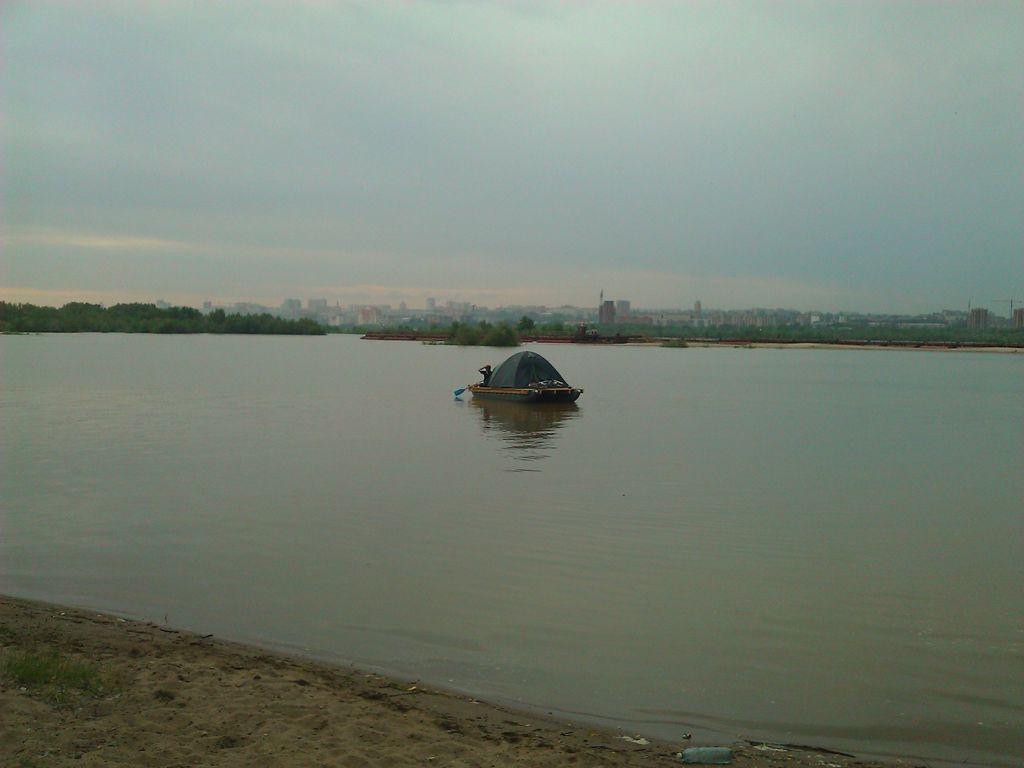Плот плывёт по реке Обь