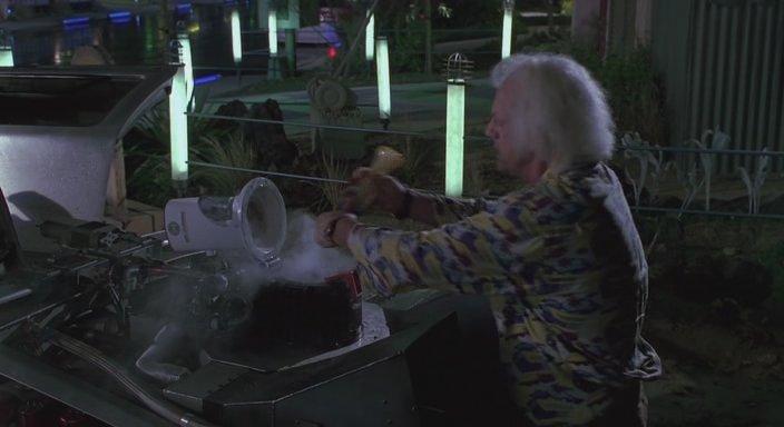 Кадр из фильма Назад в будущее 2 - Реакторы, дающие чистую энергию от переработки пищевых отходов, алюминиевых банок и пластиковых бутылок от напитков