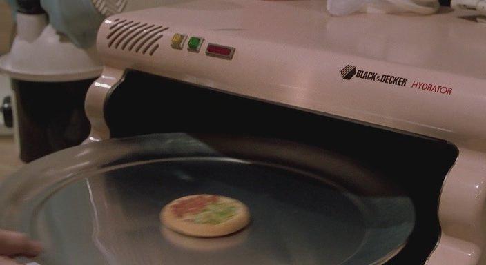 Кадр из фильма Назад в будущее 2 - Компактная еда, которую нужно лишь гидратировать, что бы получить из маленького кружка полноценную вкусную пиццу